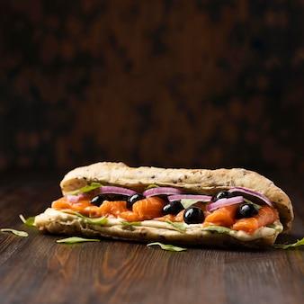 Vista frontal do sanduíche de salmão com espaço de cópia