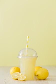 Vista frontal do shake de limão com palha