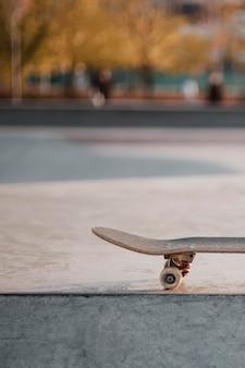 Vista frontal do skate ao ar livre no skatepark com espaço de cópia
