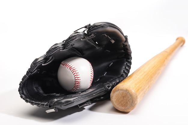 Vista frontal do taco de beisebol com luva e bola