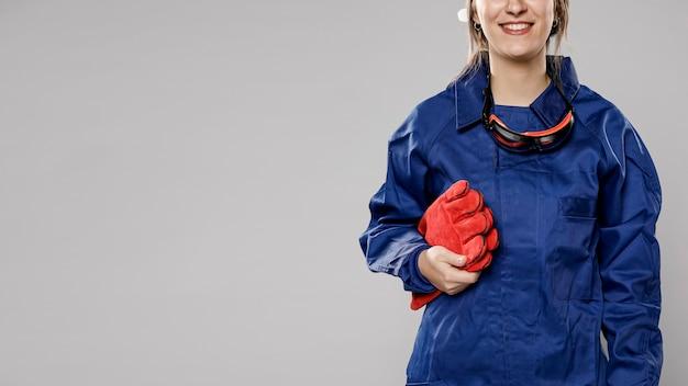 Vista frontal do trabalhador da construção civil feminino