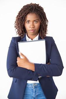 Vista frontal do trabalhador de escritório feminino sério