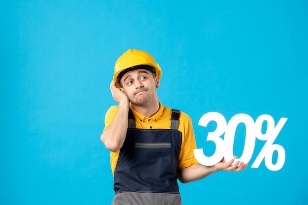 Vista frontal do trabalhador masculino de uniforme com escrita em azul