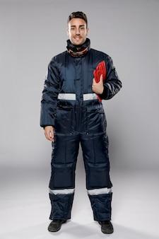 Vista frontal do trabalhador masculino em roupa