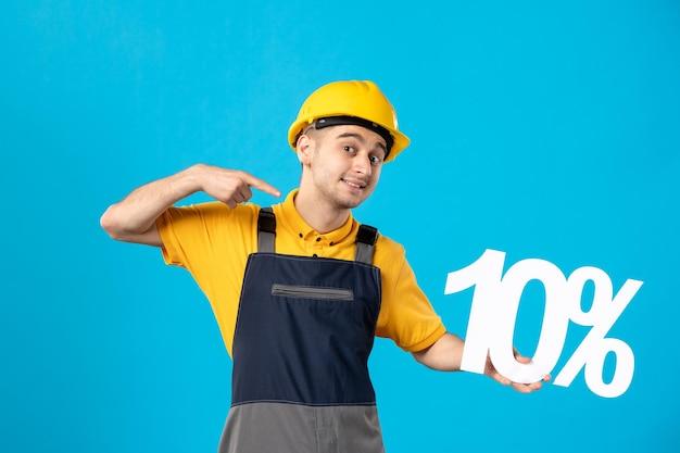 Vista frontal do trabalhador masculino sorridente de uniforme com escrita em azul