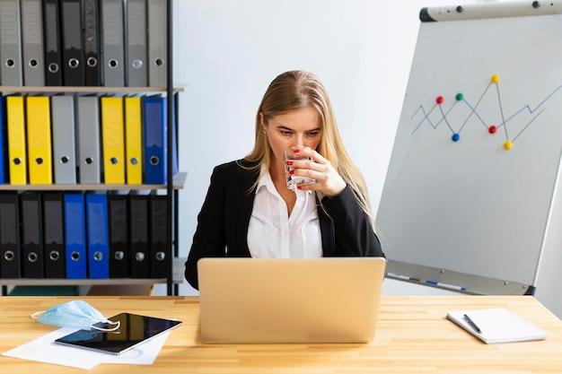 Vista frontal do trabalho durante o conceito covid