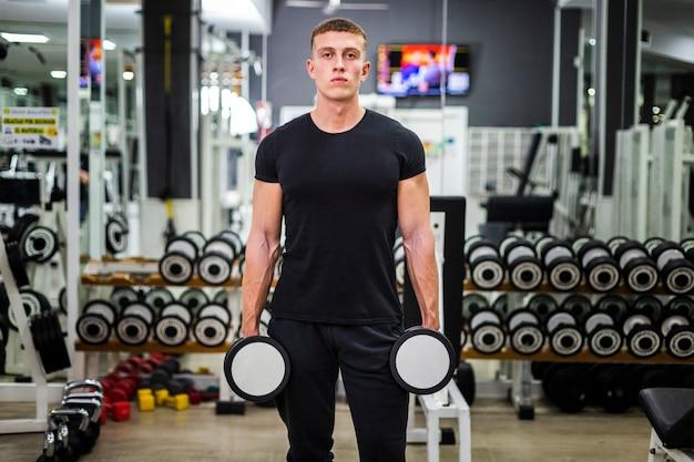 Vista frontal do treinamento masculino com pesos