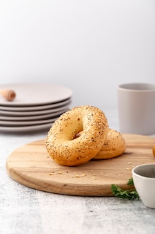 Vista frontal donut de pão cozido na placa de madeira