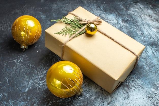 Vista frontal dos brinquedos da árvore de natal com presente na foto claro-escuro na cor do ano novo de natal