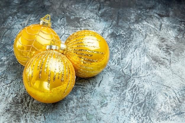 Vista frontal dos brinquedos da árvore de natal na foto cinza de ano novo grátis