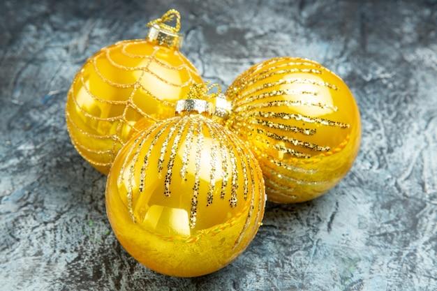 Vista frontal dos brinquedos da árvore de natal na foto cinza do ano novo