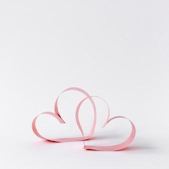 Vista frontal dos corações de papel do dia dos namorados