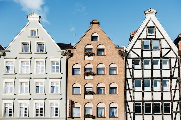 Vista frontal dos edifícios na cidade velha de gdansk, polónia