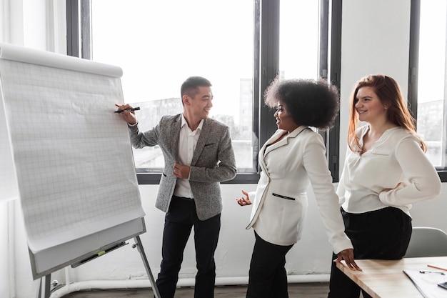 Vista frontal dos empresários falando