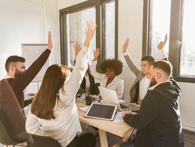 Vista frontal dos empresários no escritório