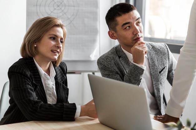Vista frontal dos empresários no trabalho