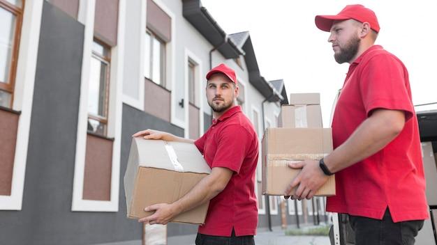 Vista frontal dos entregadores no conceito de trabalho