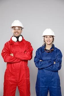 Vista frontal dos trabalhadores da construção civil masculinos e femininos