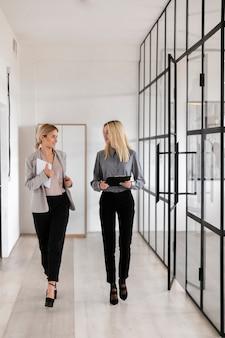 Vista frontal duas jovens mulheres no trabalho