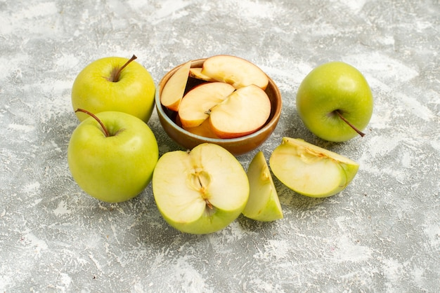 Vista frontal em fatias de maçãs frescas e frutas frescas