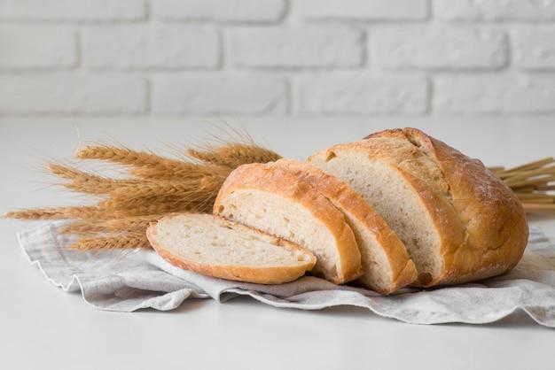 Vista frontal em fatias de pão fresco