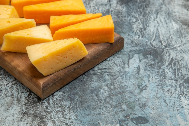 Vista frontal em fatias de queijo fresco no lanche leve foto colorida comida café da manhã
