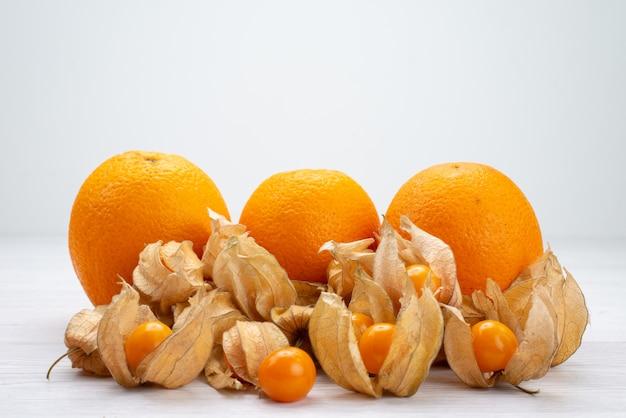 Vista frontal em laranja e fisiologia fresca em branco