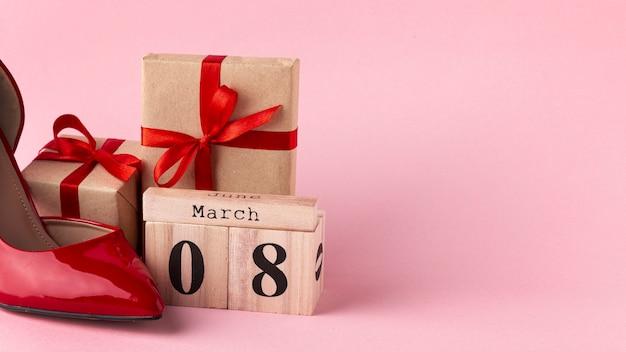 Vista frontal embrulhado presentes com 8 de março letras e cópia espaço