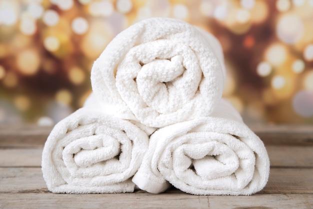 Vista frontal empilhados toalhas com bokeh de fundo