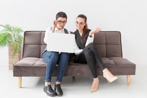 Vista frontal empresários trabalhando juntos