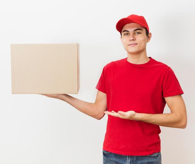 Vista frontal entrega homem segurando grande pacote