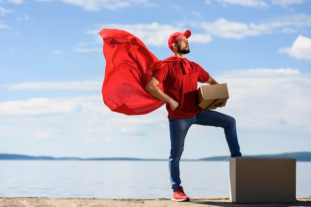 Vista frontal entrega homem vestindo capa de super-herói