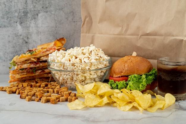 Vista frontal fast food na mesa