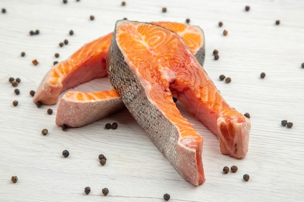 Vista frontal fatias de carne crua em fundo branco refeição comida costela animal prato peixe