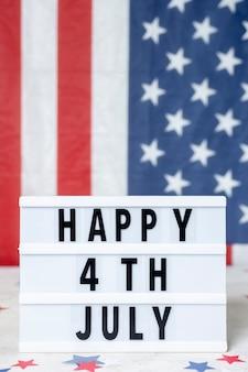 Vista frontal feliz 4 de julho sinal com bandeira eua