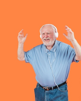 Vista frontal feliz dança sênior