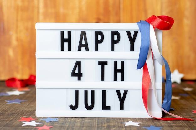 Vista frontal feliz sinal de 4 de julho
