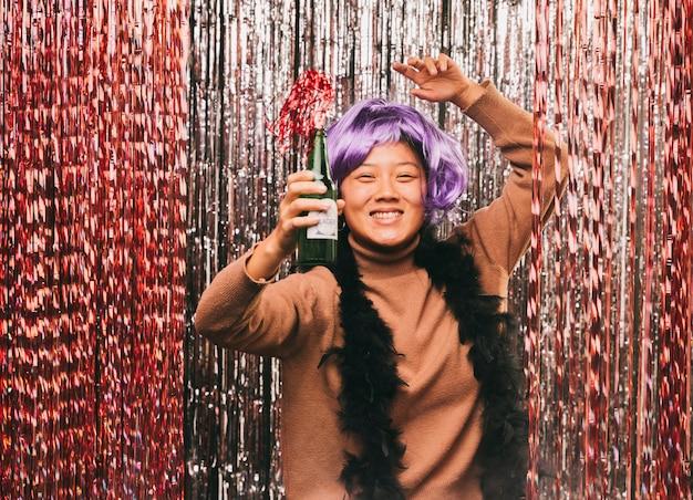 Vista frontal feminina com peruca para festa de carnaval
