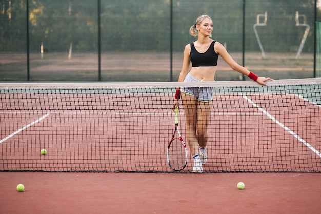 Vista frontal feminino jogador olhando para longe
