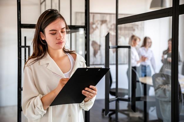 Vista frontal feminino verificar planos de negócios