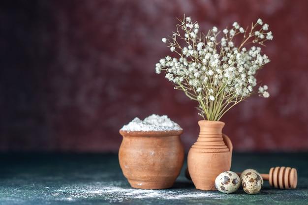 Vista frontal flores brancas com ovos de codorna e farinha em fundo escuro beleza galho de árvore cor natureza comida pássaro