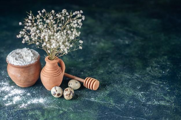 Vista frontal flores brancas com ovos de codorna e farinha em fundo escuro beleza galho de árvore foto colorida natureza comida pássaro espaço livre