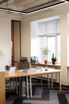 Vista frontal fora da mesa do escritório