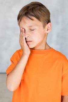 Vista frontal garotinho sendo cansado