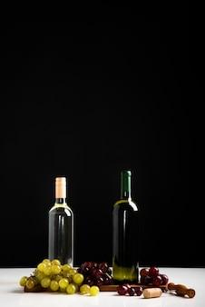 Vista frontal garrafas de vinho com fundo preto
