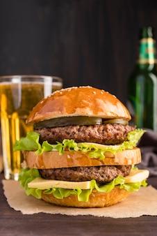 Vista frontal grande e saboroso hambúrguer