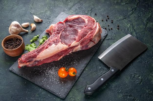 Vista frontal grande fatia de carne carne crua com pimenta no escuro animal refeição açougueiro foto frango comida churrasco
