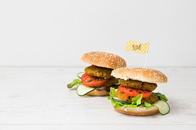 Vista frontal hambúrgueres vegetarianos com espaço para texto