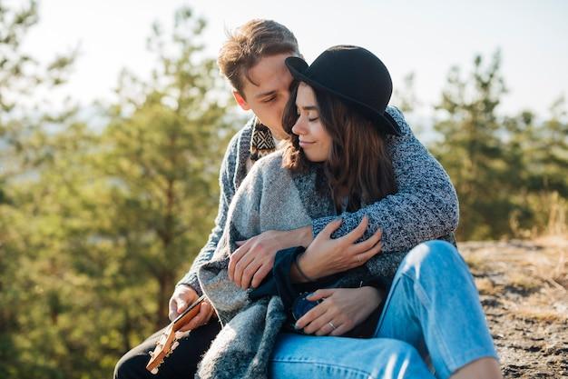 Vista frontal homem abraçando a namorada