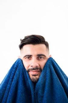 Vista frontal homem bonito, limpando-se com uma toalha azul